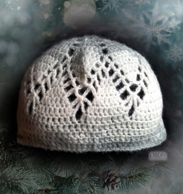 Ажурна бяла шапка с махер