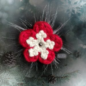 Коледна брошка със снежинка
