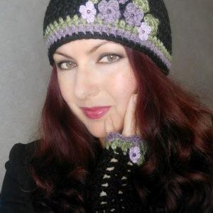 Плетени черни шапка и ръкавици с теменужки
