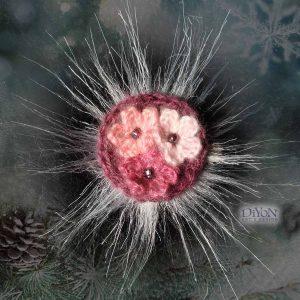 Розова брошка от мохер с бели цветя