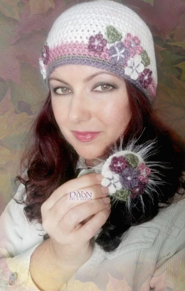 Бяла плетена шапка с цветя