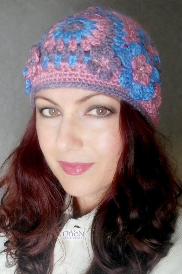 Топла плетена шапка с квадрати
