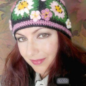 Черна плетена шапка с цветя