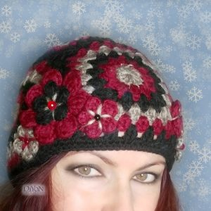 Дамска плетена шапка с цветя