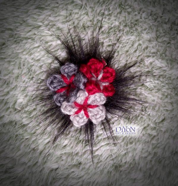Плетена брошка с цветя черно и червено