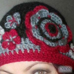 Плетена дамска шапка с цветя