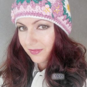 Плетена дамска шарена шапка