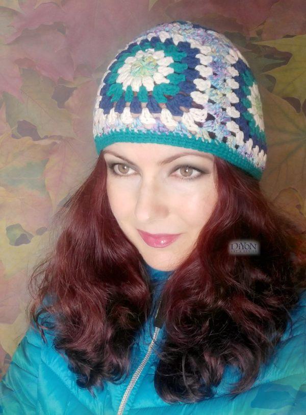Плетена шапка с квадрати в тюркоаз