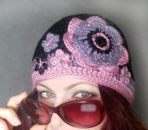 Плетена шапка с вълна и цветя