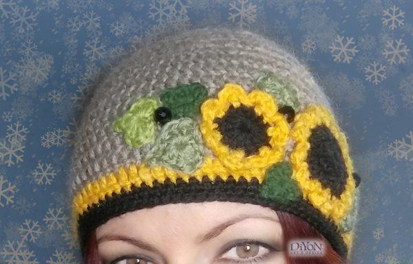Плетена шапка със слънчогледи