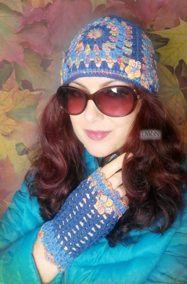 Плетена шапка в синьо с квадрати