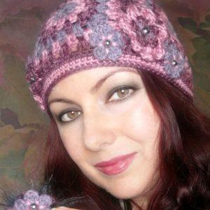 Плетена тапла шапка с квадрати