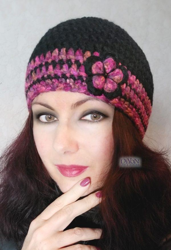 Плетени черна шапка и брошка с цвете