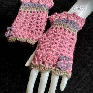 Плетени розови ръкавици с цветя