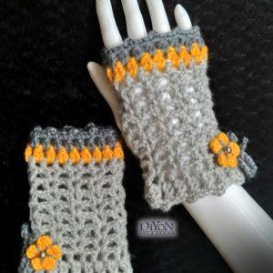 Плетени сиви ръкавици с цвете