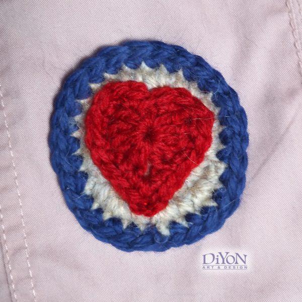 Плетена брошка от мохер със сърце