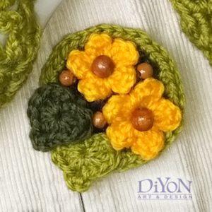 Плетена брошка с цветя зелена