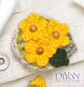 Плетена брошка с цветя жълта