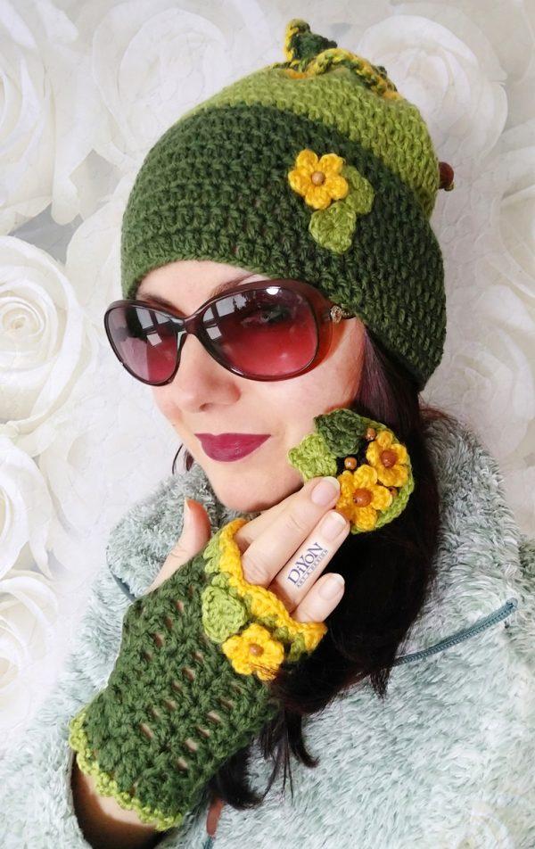 Плетени шапка-шал и ръкавици с брошка