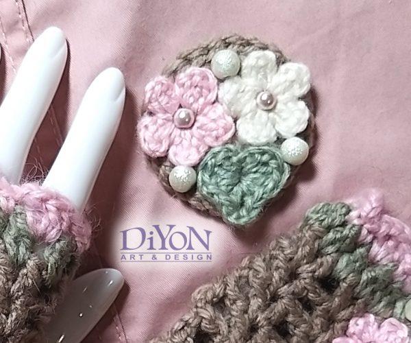 Плетена брошка в какао и розово