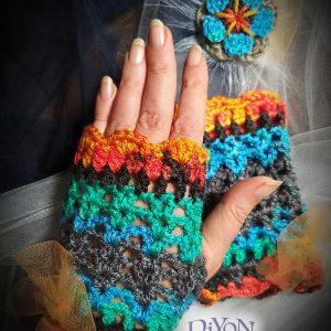 Плетени шарени ръкавици и брошка